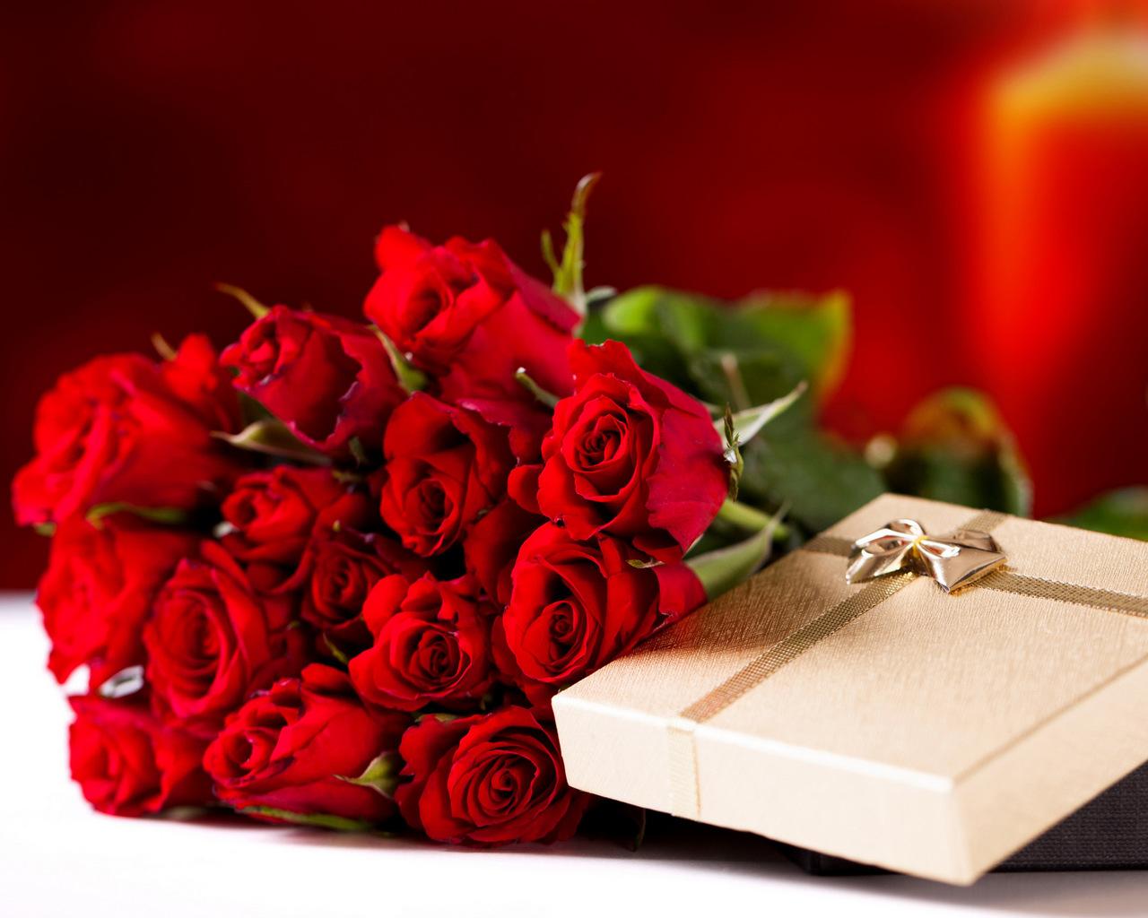 Поздравление с днём рождения с подарками женщине 387